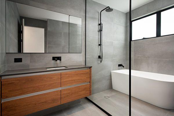 High end bathroom using large format porcelain tiles