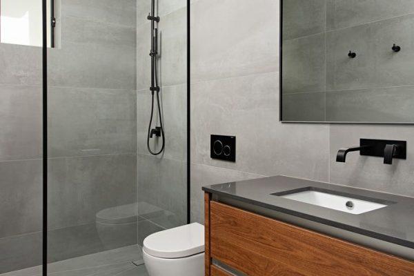 high end bathroom using large format porcelain tiles 2